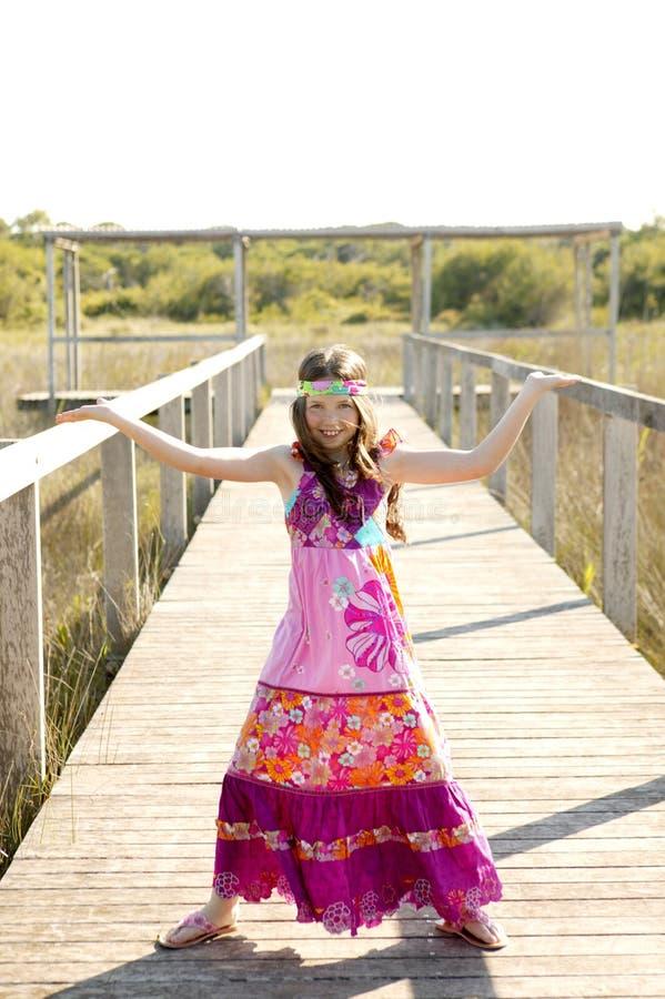 Menina adolescente bonita com o vestido roxo cor-de-rosa da flor foto de stock