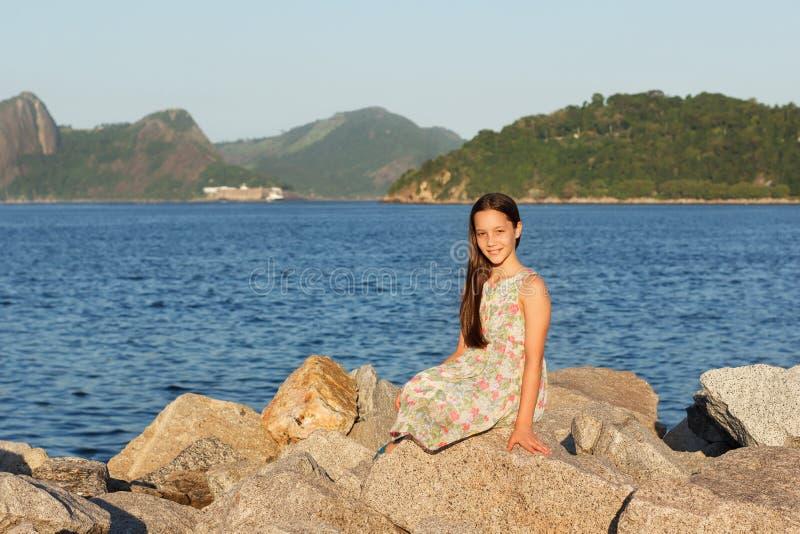 Menina adolescente bonita de sorriso feliz no vestido com cabelo marrom longo imagem de stock