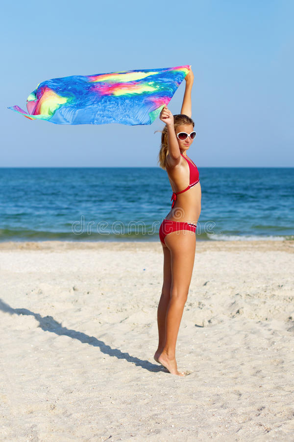 Menina adolescente bonita que está na praia imagens de stock royalty free