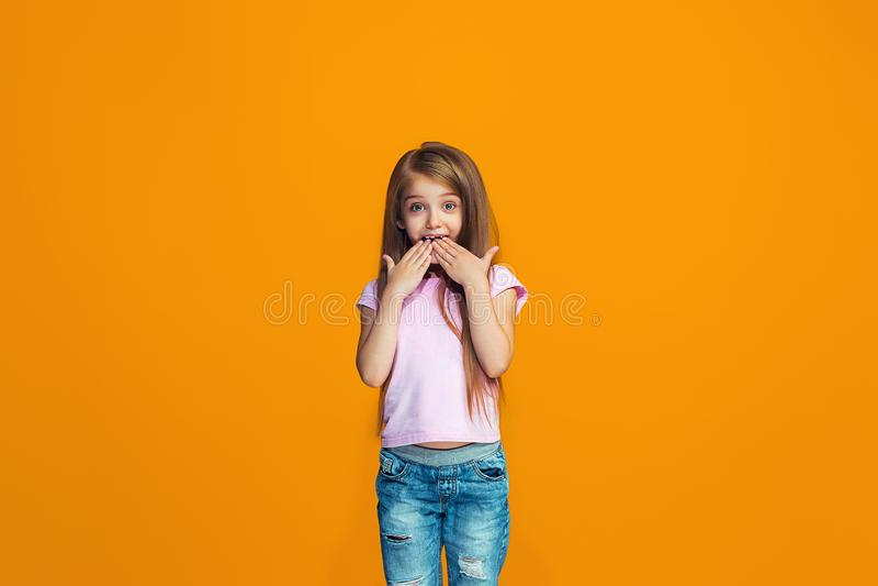 Menina adolescente bonita que olha surpreendida imagens de stock