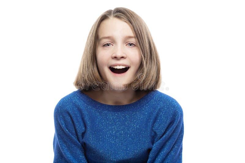 Menina adolescente bonito em risos azuis de uma camiseta Close-up Isolado em um fundo branco imagens de stock royalty free