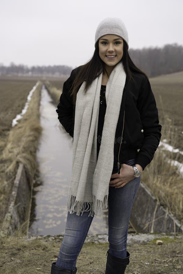 Menina adolescente caucasiano sueco bonita fora fotos de stock