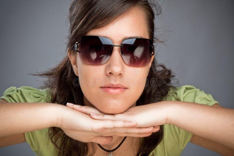 Menina adolescente com óculos de sol foto de stock