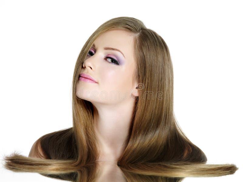Menina adolescente com cabelo reto longo