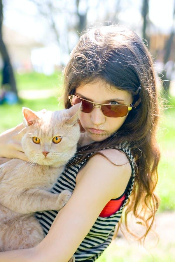 Menina adolescente com gato foto de stock