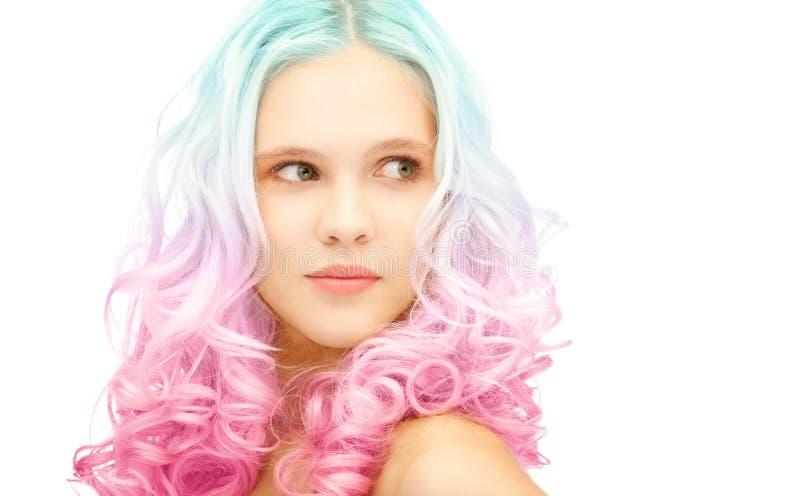 A menina adolescente com inclinação colorido na moda tingiu o cabelo imagem de stock
