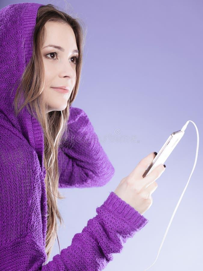 Menina adolescente com música de escuta do smartphone imagens de stock royalty free
