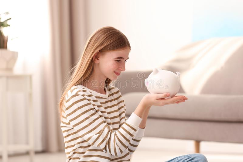 Menina adolescente com mealheiro fotos de stock royalty free