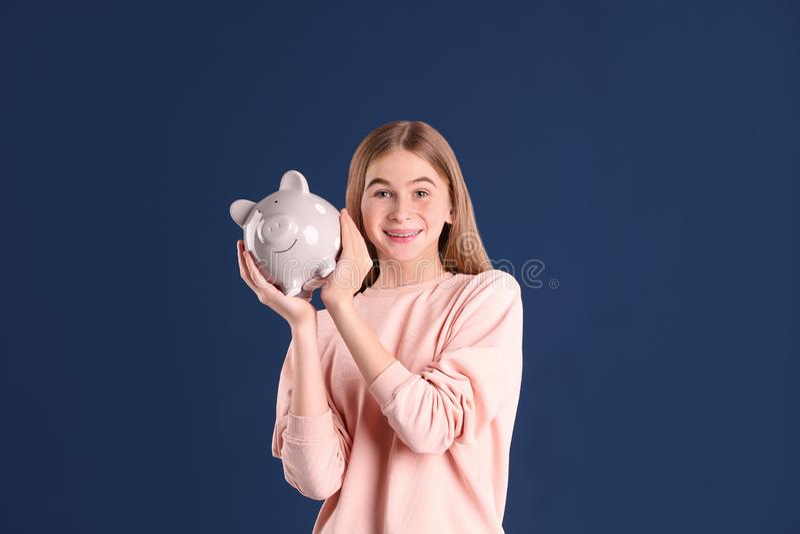 Menina adolescente com mealheiro imagens de stock