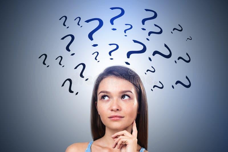 Menina adolescente com perguntas demais, cinzentas fotos de stock royalty free