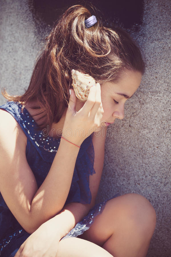 Menina adolescente com shell do mar imagens de stock royalty free
