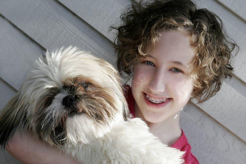 Menina adolescente com Shih Tzu fotos de stock