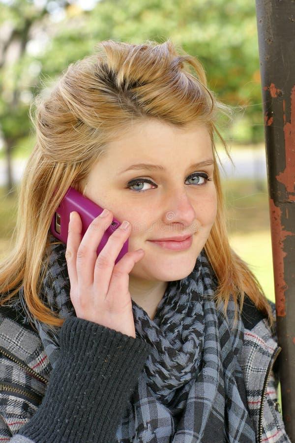 Menina adolescente com telefone de pilha fotografia de stock royalty free
