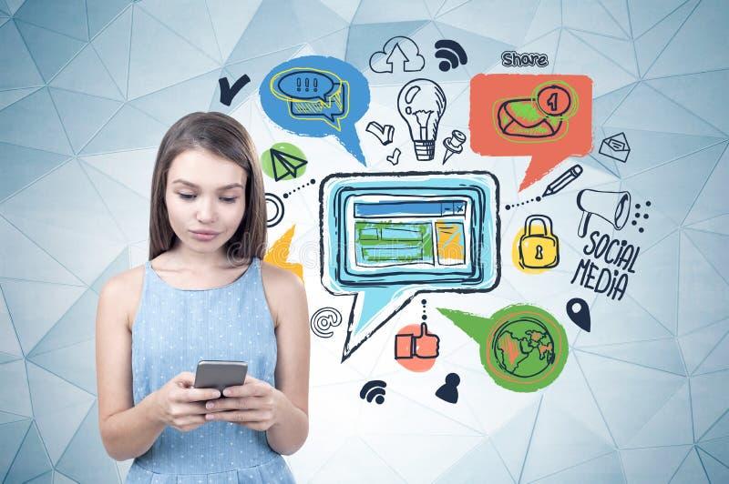 Menina adolescente com telefone, meio social fotografia de stock