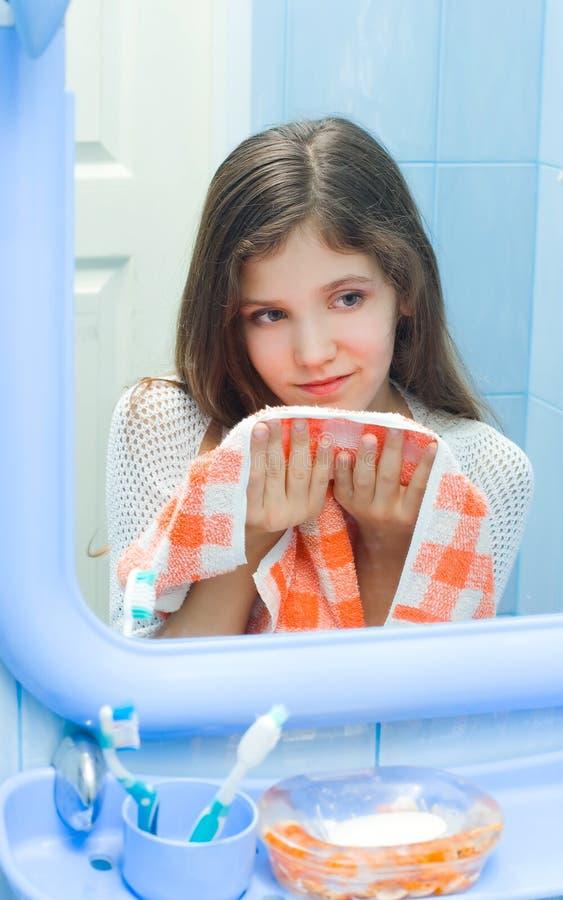 Menina adolescente com toalha fotos de stock