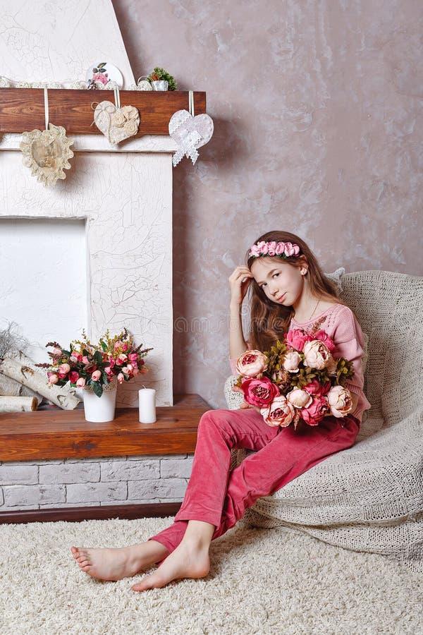 Menina adolescente com um ramalhete das flores fotografia de stock royalty free