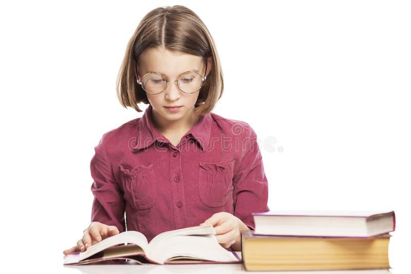 A menina adolescente com vidros ensina lições imagens de stock