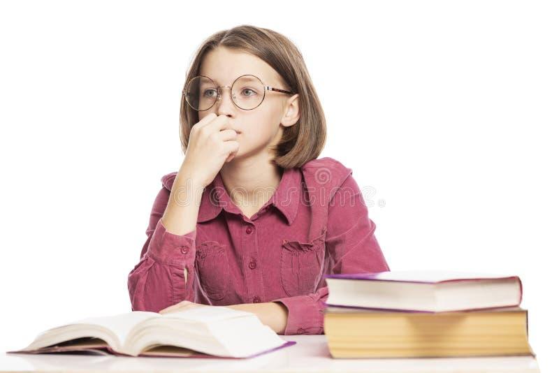 A menina adolescente com vidros ensina lições imagem de stock royalty free