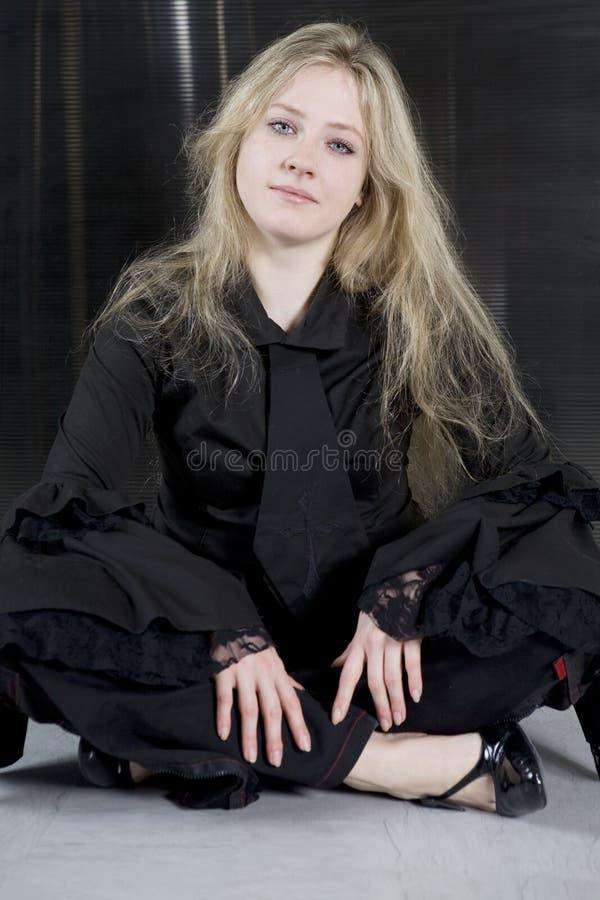 Menina adolescente de grito que desgasta o assento gótico da roupa foto de stock