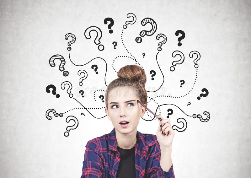Menina adolescente de pensamento, pontos de interrogação imagens de stock royalty free