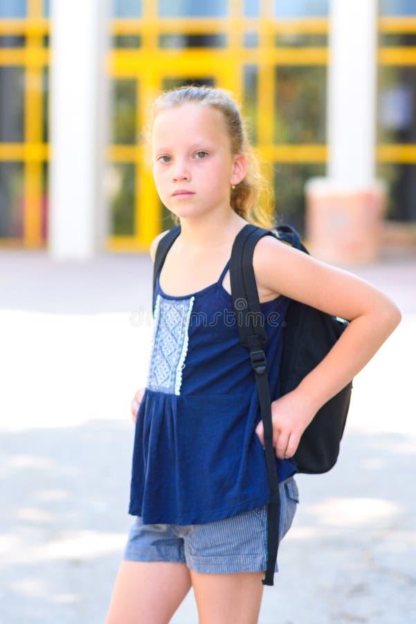 Menina adolescente de Portrair de volta à escola fotografia de stock royalty free