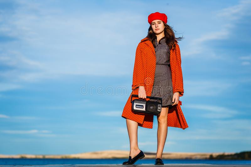 A menina adolescente de quatorze anos com um gravador em suas mãos está no crescimento completo no outono fotos de stock royalty free