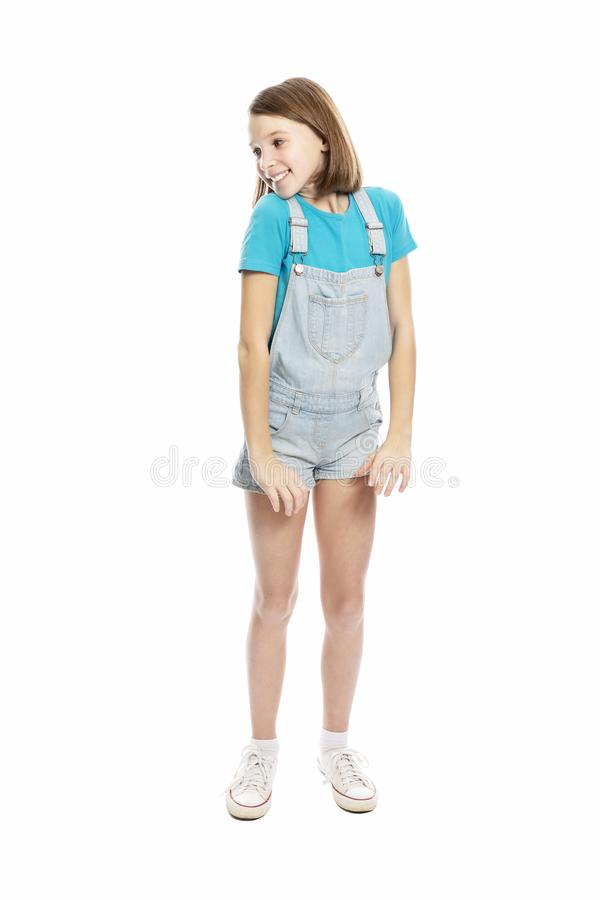 Menina adolescente de sorriso bonito no growthl completo Isolado em um fundo branco fotos de stock