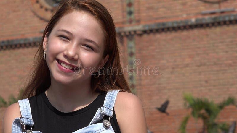 Menina adolescente de sorriso feliz imagens de stock royalty free