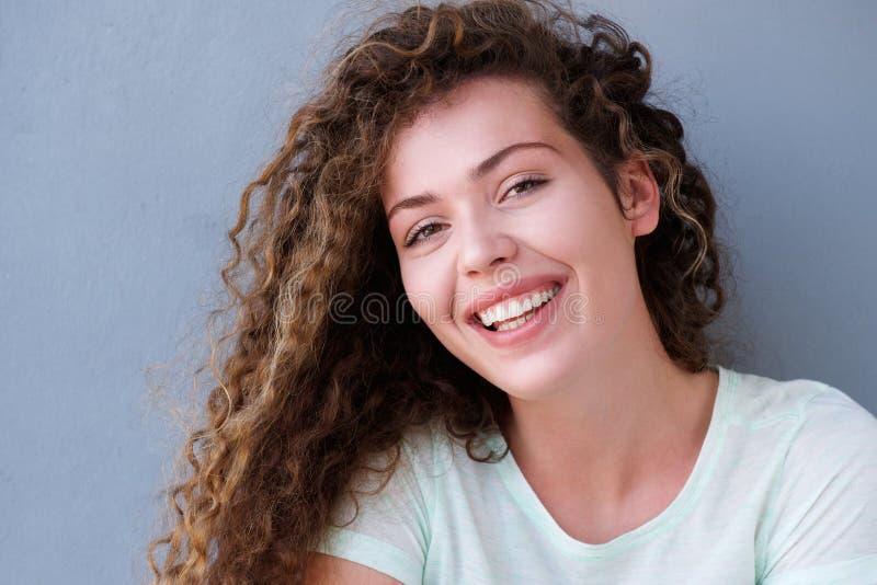 Menina adolescente de sorriso isolada no fundo cinzento fotos de stock