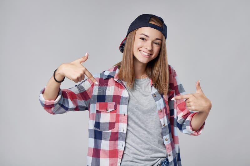 Menina adolescente de sorriso que aponta nsi mesma fotos de stock