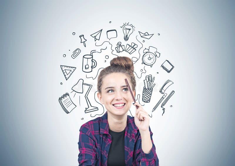 Menina adolescente de sorriso que pensa, conceito da escola fotografia de stock