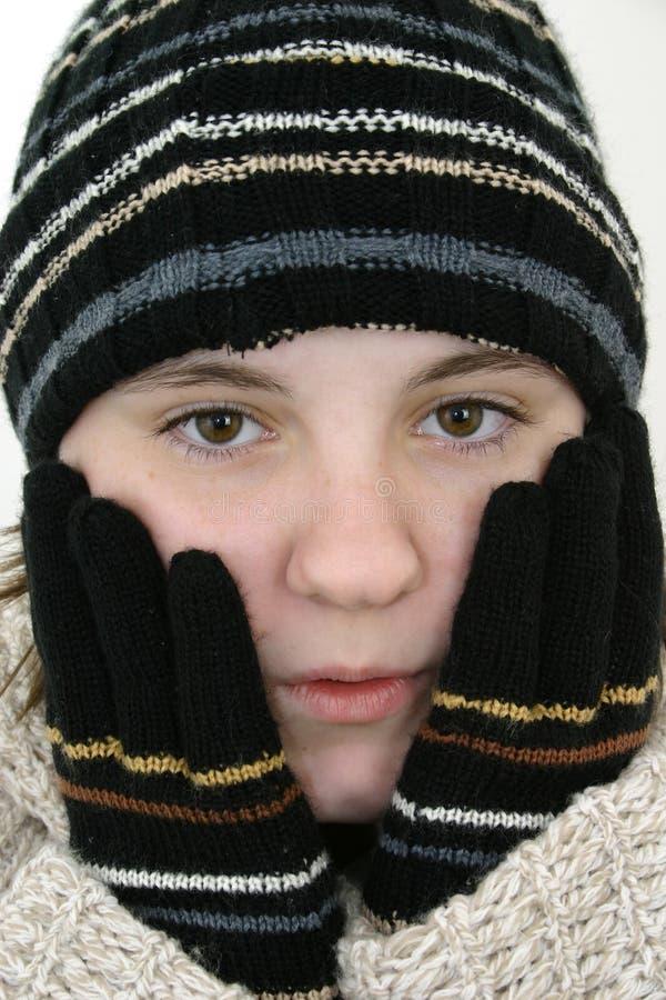 Menina adolescente do inverno no chapéu e nas luvas imagens de stock royalty free