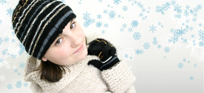 Menina adolescente do inverno no fundo do floco de neve foto de stock royalty free