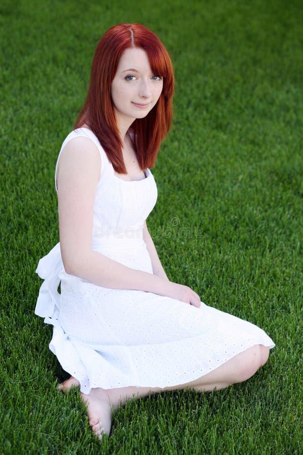 Menina adolescente do redhead bonito no vestido branco imagens de stock
