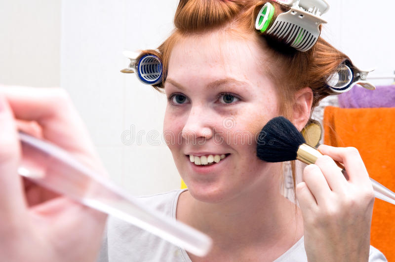 Menina adolescente do Redhead que faz a composição foto de stock