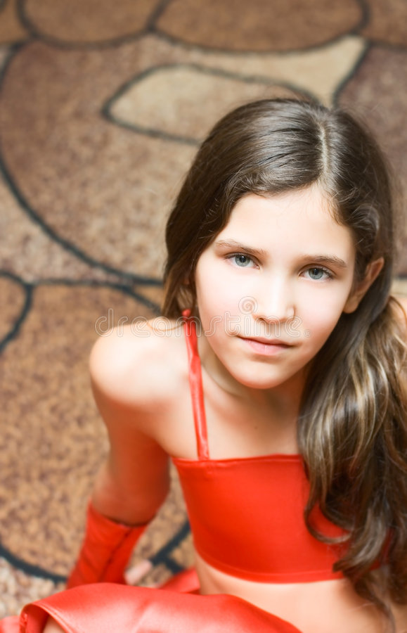 Menina adolescente do retrato no vermelho imagem de stock royalty free