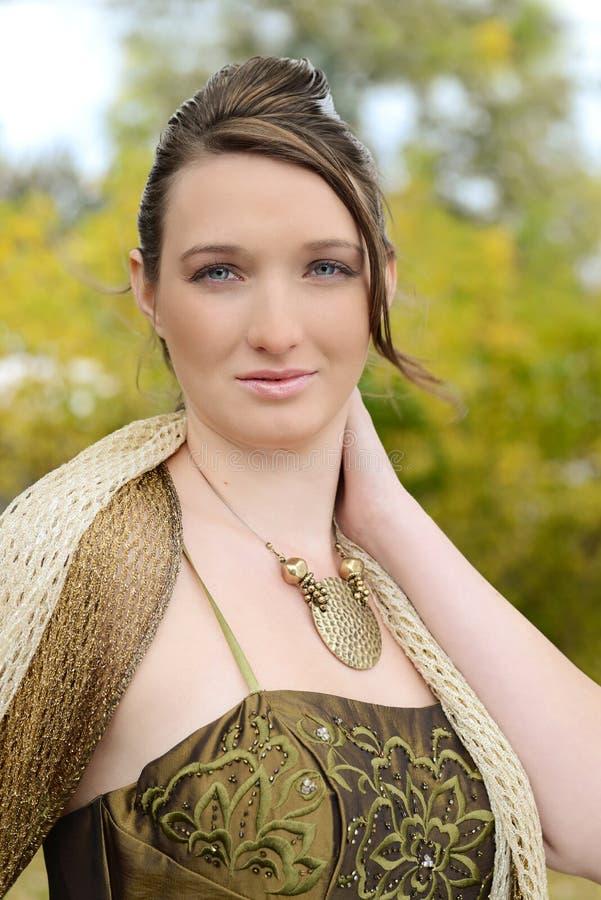 Menina adolescente do retrato no vestido extravagante ao ar livre fotos de stock royalty free