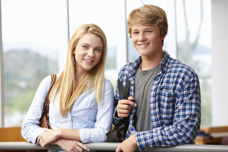Menina adolescente e menino do estudante dentro fotografia de stock