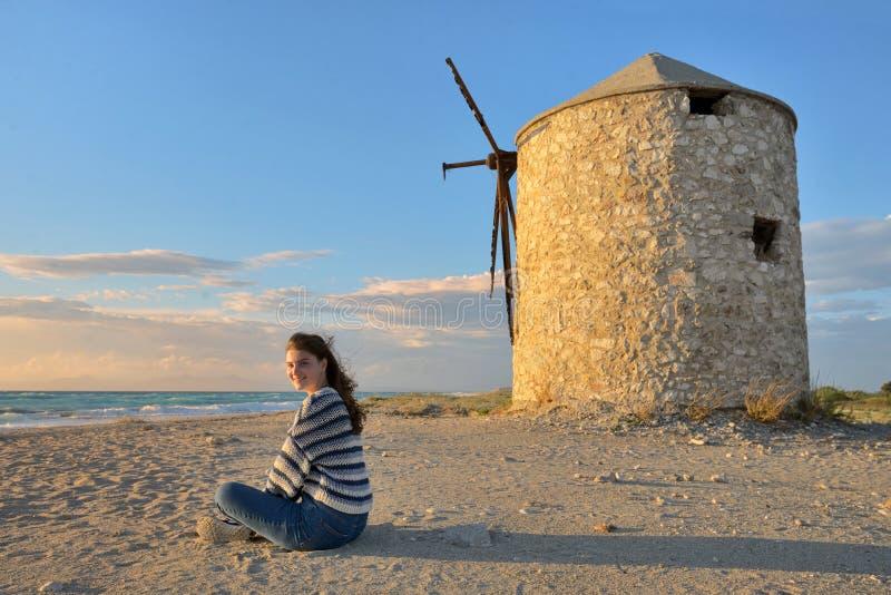 Menina adolescente e praia velha do ai Gyra do moinho de vento imagem de stock