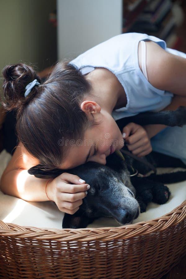Menina adolescente e seu cão foto de stock