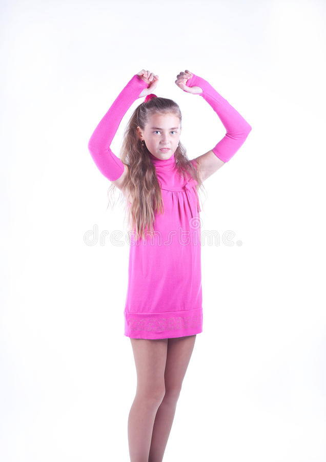 Menina adolescente em um levantamento cor-de-rosa do vestido fotos de stock