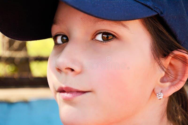 Menina adolescente em um tampão que olha a câmera fotos de stock royalty free