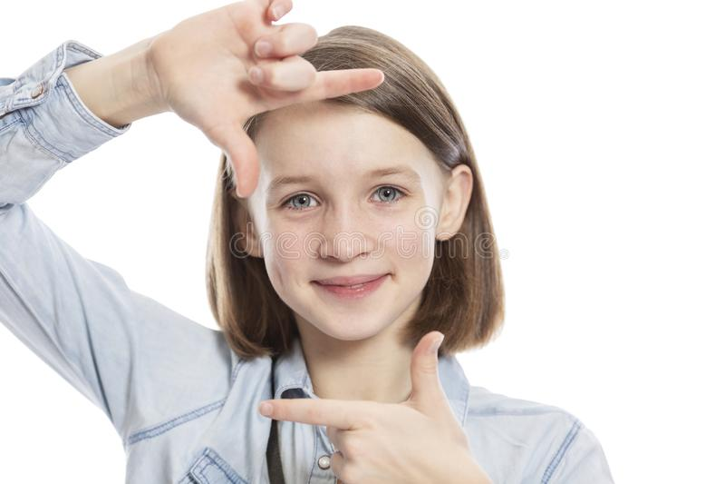 A menina adolescente faz o selfie, de imitação, close-up Isolado em um fundo branco foto de stock