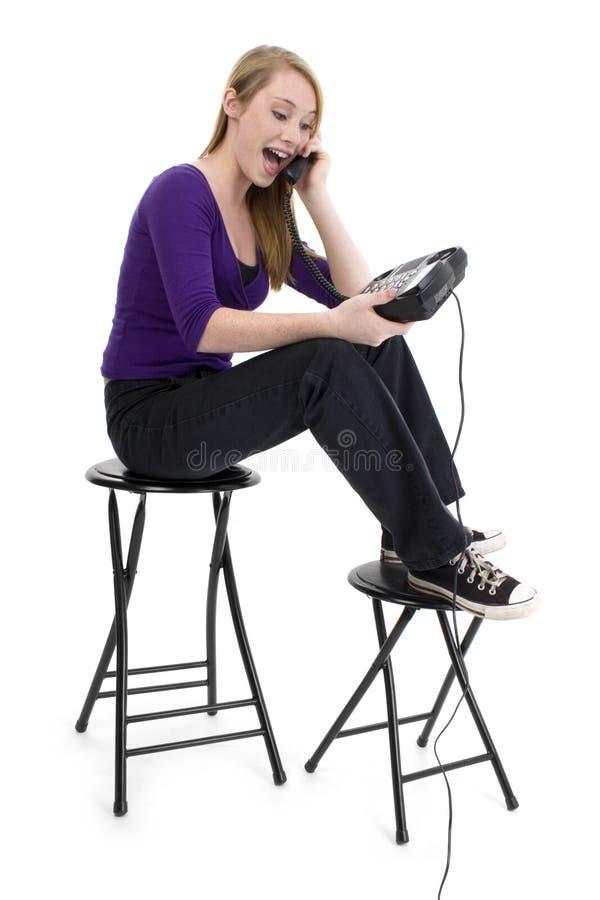 Menina adolescente feliz bonita no telefone fotografia de stock