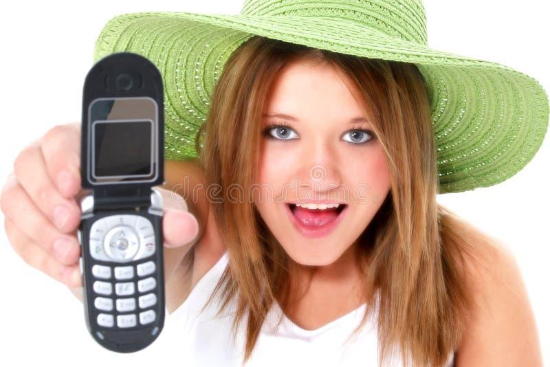 Menina adolescente feliz no chapéu verde com telemóvel fotos de stock royalty free