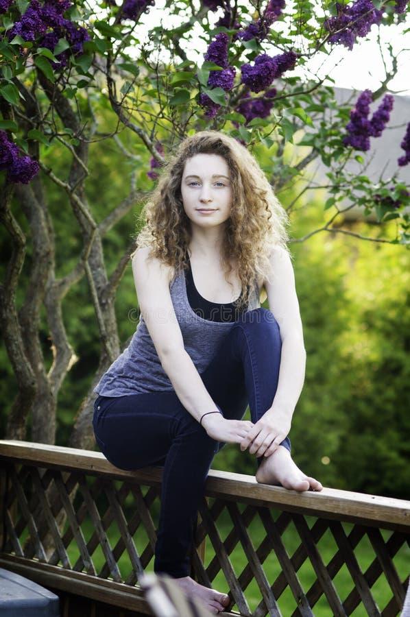 Menina adolescente fora no verão fotos de stock