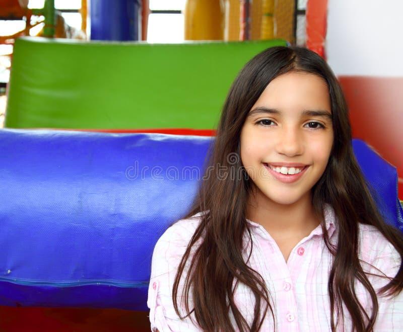 Menina adolescente indiana Latin que sorri no campo de jogos fotografia de stock