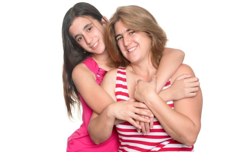 Menina adolescente latino-americano que abraça seus mãe e sorriso fotos de stock royalty free