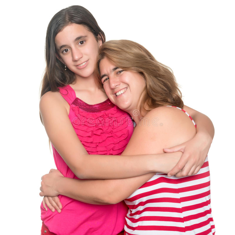Menina adolescente latino-americano que abraça seus mãe e sorriso imagens de stock royalty free