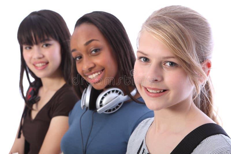 Menina adolescente loura do estudante e amigos étnicos fotografia de stock royalty free